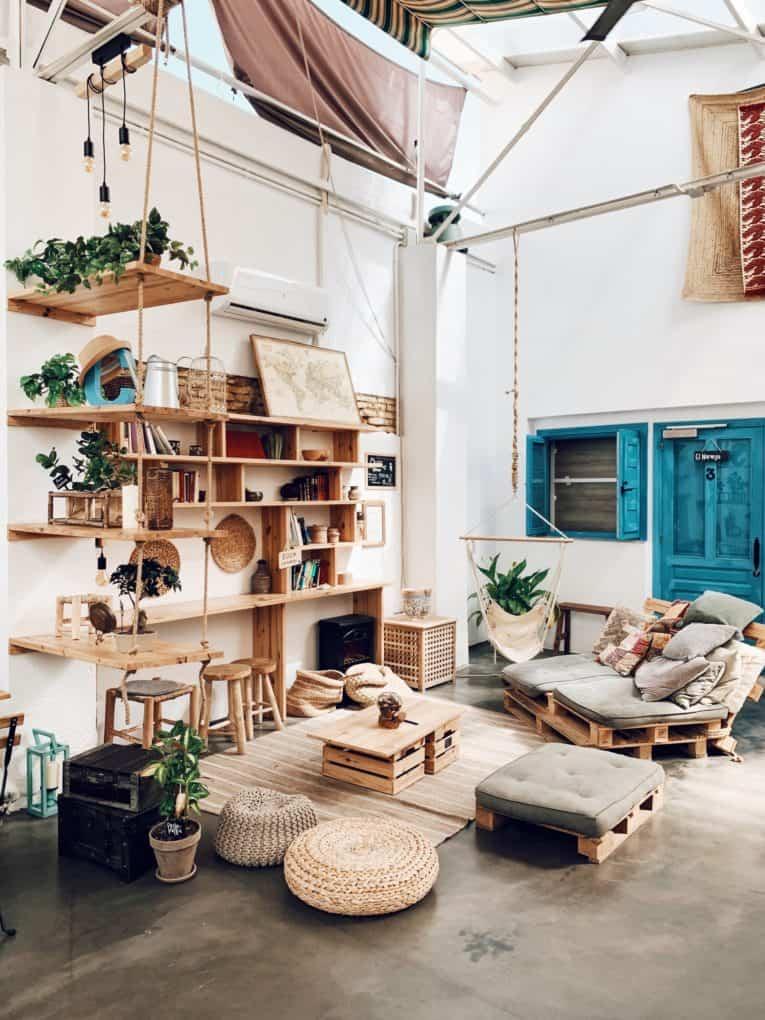 שולחן קטן עם מקום לאחסון